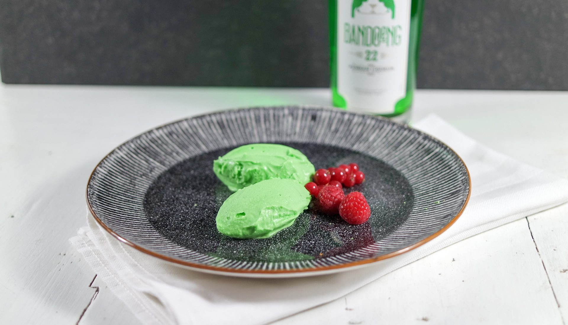 White chocolate mousse with Bandoeng'22 pandan liqueur