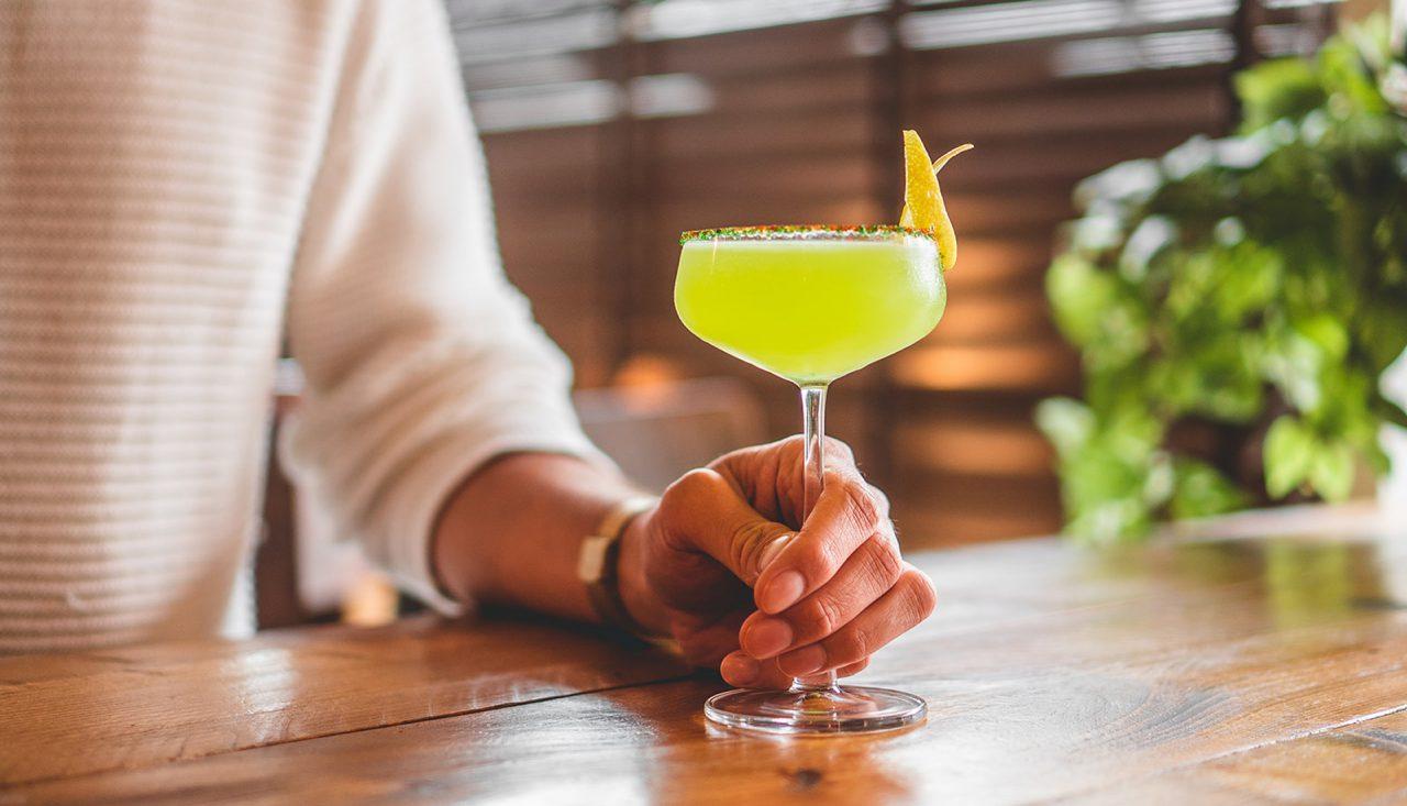 https://bandoeng22.com/wp-content/uploads/2019/11/cocktail_gin-1280x733.jpg